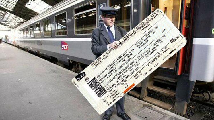 Après l'affaire des TER trop larges, un utilisateur de Twitter imagine des billets de train trop grands, le 21 mai 2014. (TILLTHECAT)