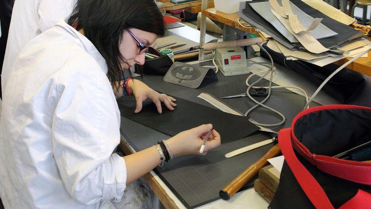 Des eleves apprenti dans un atelier de maroquinerie sellerie dans le centre de formation des apprentis Gregoire Ferrandi à Paris. (BRUNO LEVESQUE / MAXPPP)