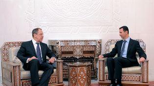 Le président syrien Bachar Al-Assad s'entretient avec le ministre des Affaires Etrangères russe, Sergueï Livror, le 7 février 2012 à Damas. (AFP PHOTO / SANA)