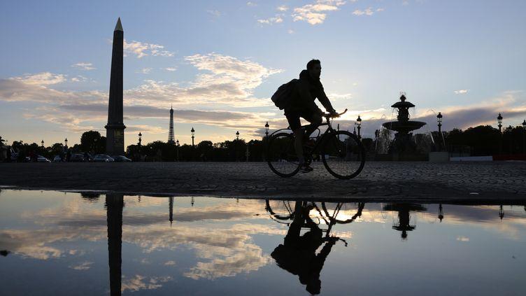 Un cycliste à Paris, en 2015 (illustration). (LUDOVIC MARIN / AFP)