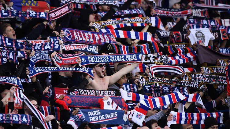 Des supporters duPSG au Parc des Princes à Paris, le 6 mars 2018. (FRANCK FIFE / AFP)