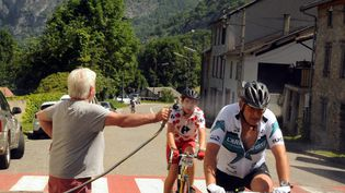 La course cyclosportive L'Ariégoise, en juin 2019, marquée par de fortes chaleurs et arrêtée après la mort d'un concurrent de 53 ans, victime d'un arrêt cardiaque. (FLORENT RAOUL / MAXPPP)