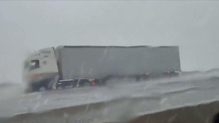 L'autoroute A9 entre Gaillargues et Nîmes (Gard), mardi 14 septembre 2021 en fin de matinée. Extrait d'une vidéopostée sur la page Facebook de Jean-Michel Abry. (CAPTURE D'ÉCRAN)