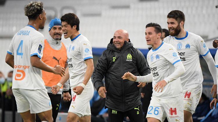 Sampaoli avec ses joueurs face à Brest. (NICOLAS TUCAT / AFP)