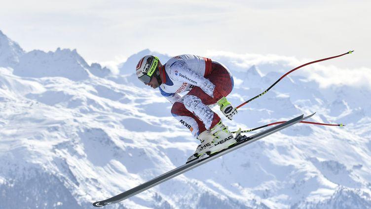 Beat Feuz plane sur St-Moritz (FABRICE COFFRINI / AFP)