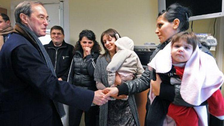 Claude Guéant dans un centre de réfugiés (25 novembre 2011) (AFP)