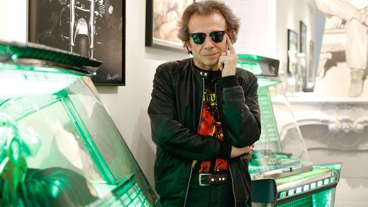 """Le rédacteur en chef historique de """"Rock & Folk"""", Philippe Manoeuvre, le 4 novembre 2013. (THOMAS SAMSON / AFP)"""