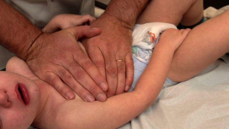 Séance de massage thoracique sur un enfant (photo d'illustration) (CHRISTIAN LANTENOIS / MAXPPP)