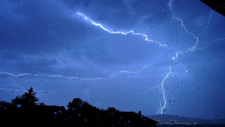 Déluge à Clermont-Ferrand (Puy-de-Dôme) alors qu'un orage frappe la ville, le 7 août 2013. ( MAXPPP)