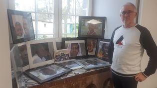 Dans le bureau de Gerard Dubois, maire de Pessat-Villeneuve, des photos des migrants et des réfugiés accueillis sur sa commune. (FARIDA NOUAR / RADIO FRANCE)