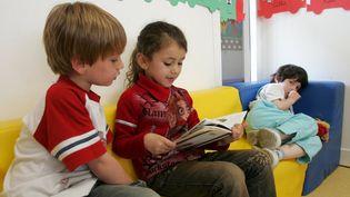 Une élève de maternelle lit un livre dans une école à Clichy. (MAXPPP)