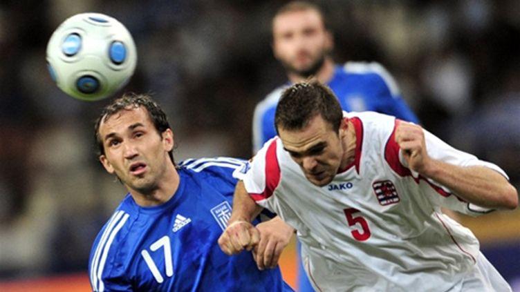 Fanis Gekas (Grèce) et Guy Blaise (Luxembourg) se disputent le ballon