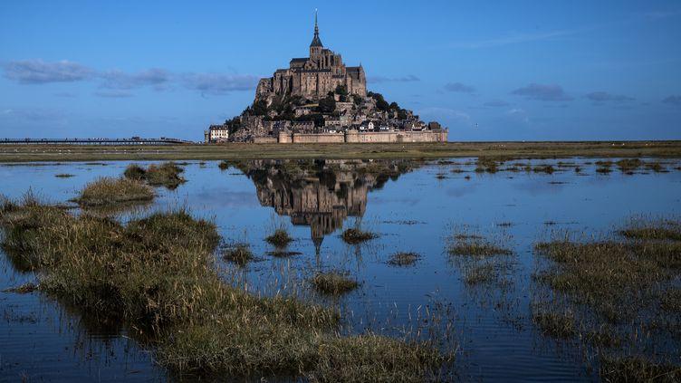"""Le Mont-Saint-Michel est accessible avec le pass """"Passion monuments"""" du centre des monuments nationaux, mais pas avec le """"pass patrimoine"""" de la fondation du patrimoine. (JOEL SAGET / AFP)"""