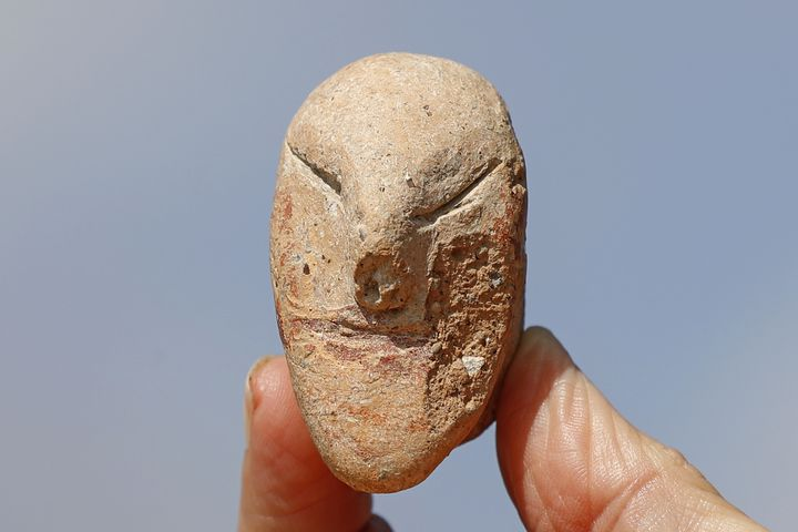 Une rare figurine à visage humain retrouvée lors des fouilles sur le sitearchéologique de En Esur (Ein Asawir), tout près de la ville de Harish,où ont été exhumés les restes d'une ville de5000 ans. (JACK GUEZ / AFP)