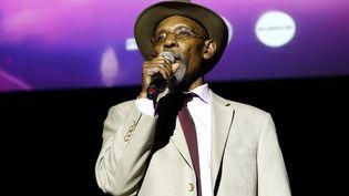 Le poète et figure du reggae Linton Kwesi Johnson, dit LKJ, sur scène au Roundhouse à Londres le 15 mai 2016. (CHIAKI NOZU / WIREIMAGE / GETTY)