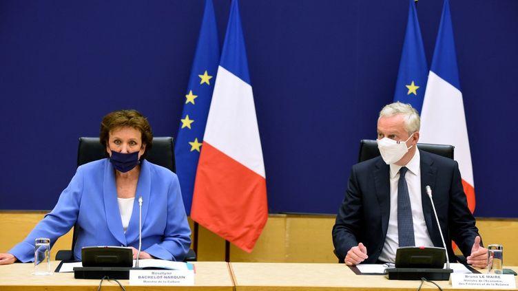 La ministre de la Culture Roselyne Bachelot et le ministre de l'Économie Bruno Le Maire le 30 août 2021. (ERIC PIERMONT / AFP)