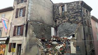 Au Teil, en Ardèche, un an après le séisme du 11 novembre 2019, les travaux de reconstruction sont encore très importants. (BASTIEN CHAPELLE / RADIO FRANCE)