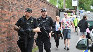 Des policiers britanniques armés patrouillent le 27 mai 2017 à Manchester (Royaume-Unis). (OLI SCARFF / AFP)
