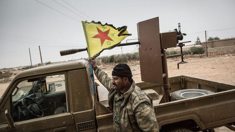 Un soldat YPG devant une Douchka en Syrie. (CHRIS HUBY / MAXPPP)