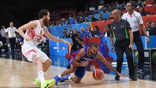 Le meneur de l'équipe de France, Tony Parker, face à l'Espagnol Sergio Rodriguez lors de la demi-finale de l'Eurobasket, le 17 septembre 2015 à Villeneuve-d'Ascq (Nord). (EMMANUEL DUNAND / AFP)