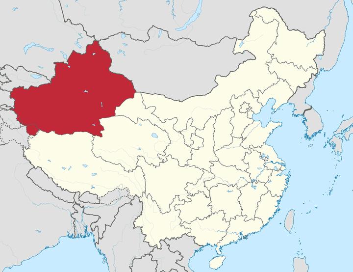 Le Xinjiang est la province la plus à l'ouest du pays. Malgré quatre fuseaux horaires de différence, l'heure est la même que celle de Pékin. (Wikimedia Commons)