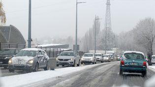 Des automobilistes circulent sous la neige à Limoges (Haute-Vienne), le 1er décembre 2017. (MAXPPP)