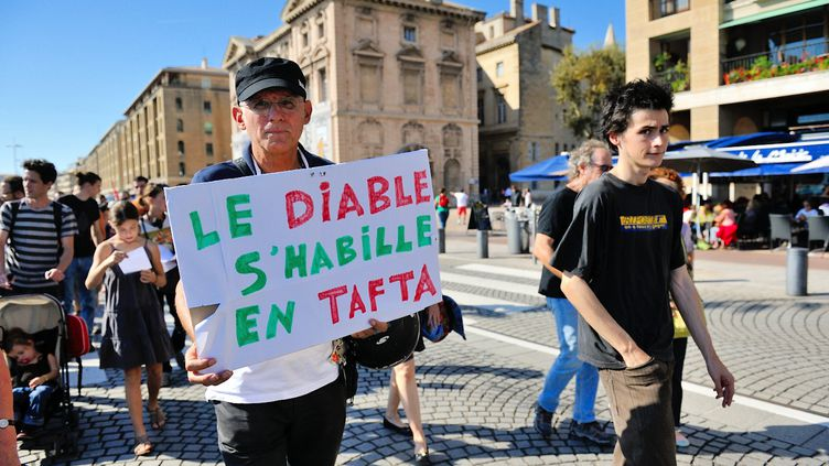 Un manifestant défile contre le projet de Traité de libre-échange transatlantique (Tafta), le 11 octobre 2014, à Paris. (CITIZENSIDE / JEAN-FRANCOIS GIL / AFP)