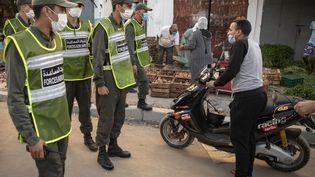 Des membres des Forces auxiliaires du ministère marocain de l'Intérieur patrouillent pour faire respecter le confinement dans le district de Takadoum, à Rabat, le 17 août 2020. (FADEL SENNA / AFP)