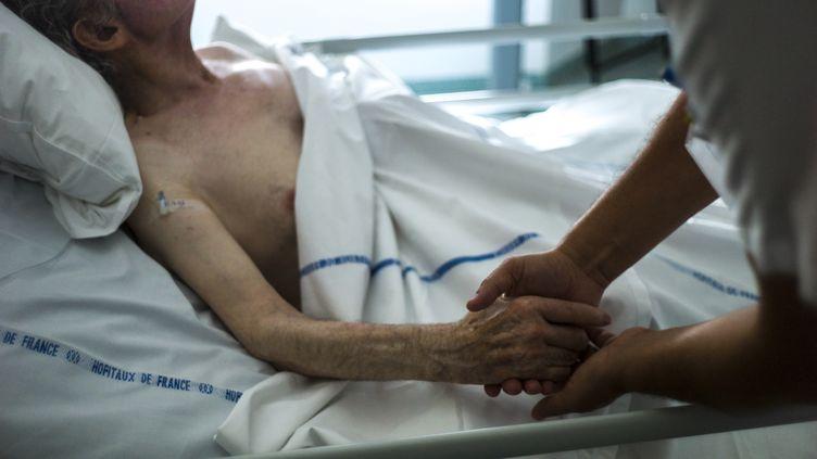 Dans une unité de soins palliatifs à l'hôpital d'Argenteuil (Val-d'Oise), le 22 juillet 2013. (FRED DUFOUR / AFP)