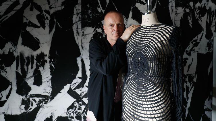 Le designer italien Maurizio Galante dans son atelier parisien, le 30 juin 2020. (FRANCOIS GUILLOT / AFP)