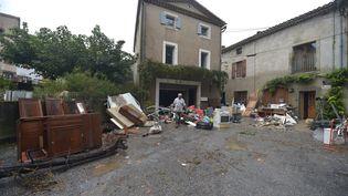 Une victime des inondations dans l'Aude évacue les meubles détruits par les intempéries, mardi 16 octobre à Villalier. (PASCAL PAVANI / AFP)