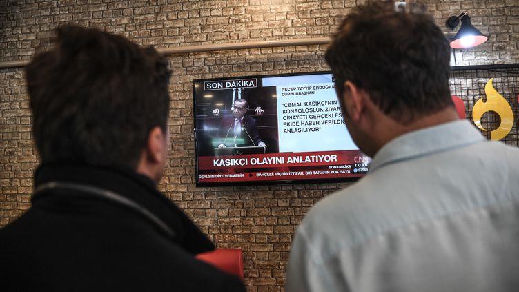 Des Turcs regardent à la télévision le président Recep Tayyip Erdogan s'adresser au Parlement, le 23 octobre 2018 à Istanbul (Turquie). (OZAN KOSE / AFP)