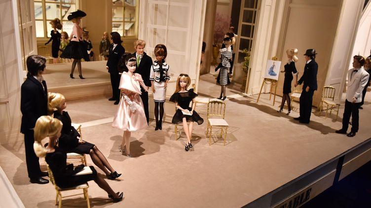 """Exposition """"Barbie, la vie d'une icône"""" au musée des Arts décoratifs à Paris, le 16 mars 2016. (MUSTAFA YALCIN / AFP)"""