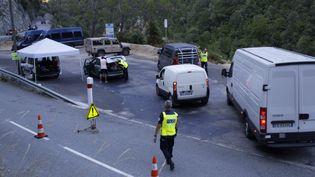Des policiers sur le barrage de Fanghetto à la frontière franco-italienne, le 12 juillet 2017. (MAXPPP)