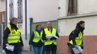 """Les """"gilets jaunes"""" veulent organiser eux-mêmes leur grand débat. En Alsace, ils ont distribué 12 000 questionnaires dans les boîtes aux lettres. (FRANCE 2)"""