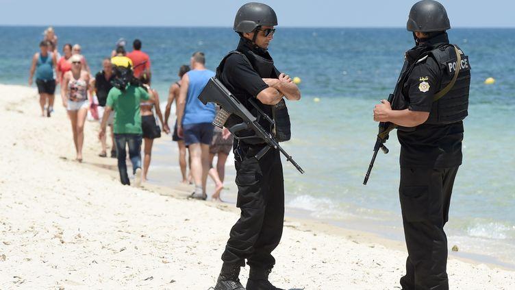 Des policiers tunisiens patrouillent sur la plage de Sousse en Tunisie, le 3 juillet 2015. (FETHI BELAID / AFP)