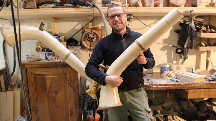 Sandro Faïta, un des cinq facteurs français de cor des Alpes, dans son atelier de la Croix-Rousse à Lyon.  (S.Hilarion)