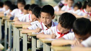 Desélèves participent à un concours de calligraphie dans une école primaire du comté d'Anlong, dans la province du Guizhou (sud-ouest de la Chine), en avril 2021. (Photo d'illustration). (MAXPPP)