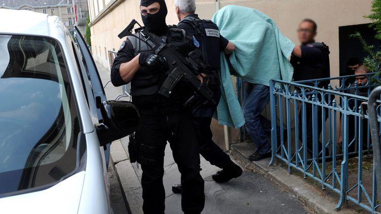 Matthieu, le meurtrier présumé d'Agnès Marin le 27 juin 2013à sa sortie de la cour d'Assises du Puy-en-Velay (Haute-Loire). (REMY PERRIN / MAXPPP)