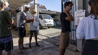 Des personnes attendentpour effectuer un testde dépistage au Covid-19 à l'Institut Louis Malardé de Papeete, en Polynésie française, le 31 août 2020. (SULIANE FAVENNEC / AFP)