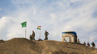 Des Peshmergas kurdes sur la ligne de front en Irak face aux jihadistes de l'Etat islamique, le 23 octobre 2014. (LAFFORGUE ERIC / HEMIS.FR / AFP)