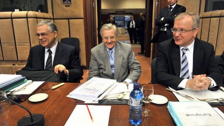 Lucas Papademos  (à gauche) avec Jean-Claude Trichet (au centre) et Olli Rehn en 2010 (GEORGES GOBET / AFP)