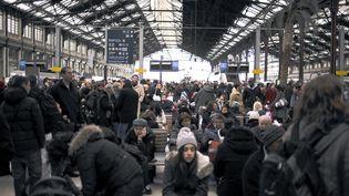 Des centaines de passagers patientent dans le hall de la gare de Lyon, le 2 janvier 2011. (FRED DUFOUR / AFP)