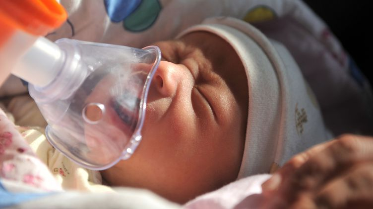 Un enfant est soigné à l'hôpital des enfants de Pékin, le 16 janvier 2013. (LI WEN / XINHUA / AFP)