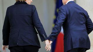 La chancelière allemande et le président de la République française sur le perron de l'Elysée, à Paris, le 5 décembre 2011. (CHARLES PLATIAU /REUTERS)