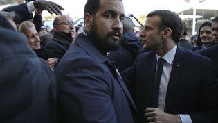 Alexandre Benalla aux côtés d'Emmanuel Macron, le 24 février 2018, au Salon de l'agriculture, à Paris. (STEPHANE MAHE / AFP)