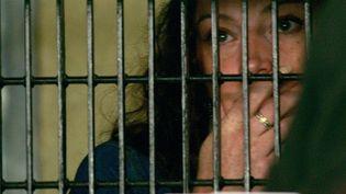 Florence Cassezdiscutant avec son avocatdans la prison de Mexico City, le 13 juin 2006. (ALFREDO ESTRELLA / AFP)