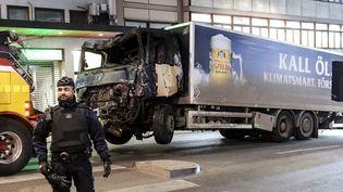 Le camion bélier qui a foncé dans la foule à Stockholm, en avril 2017. (MAJA SUSLIN / TT NEWS AGENCY)