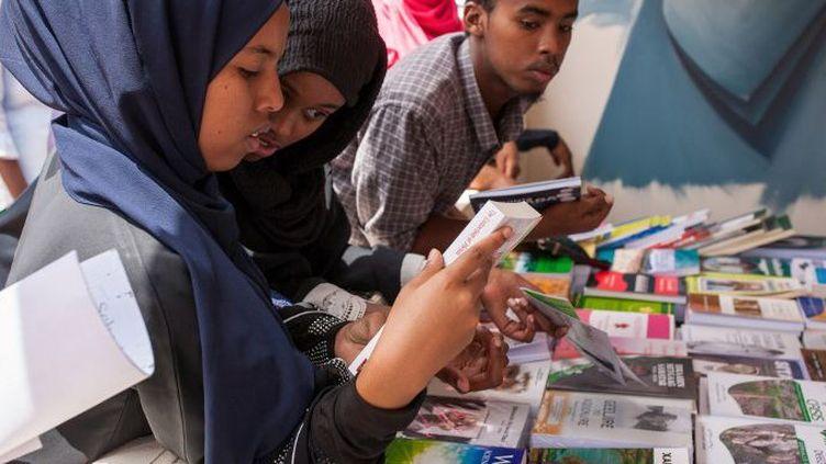 Le jeune public est très présent lors de la 11e foire du livre organisée au Somaliland du 21 au 26 juillet 2018. (Mustafa SAEED / AFP)