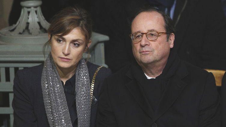 L'actrice Julie Gayet et l'ancien président François Hollande, le 9 décembre 2017 à Paris. (THIBAULT CAMUS / AFP)
